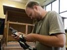Zoolog Michal Podhrázský kontroluje kroužek jednoho z přesunutých ptáků