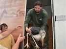 Zoolog Jiří Hrubý vynáší odrostlé mládě čápa marabu, bylo v Praze s adoptivními