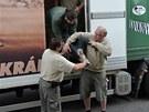 Zaměstnanci zoo vynáší dospělého čápa marabu
