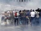 Na hlavn� n�m�st� Taksim v Istanbulu p�i�lo v sobotu demonstrovat asi p�t tis�c lid�. Mnoz� na p�ipraven� policisty h�zeli kamen�, policie pou�ila vodn� d�la a slzn� plyn.