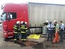 Řidič kamionu prorazil v Olomouci nádrž o obrubník a do kanalizace z ní vyteklo