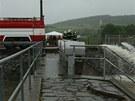 Ve Švihově na Klatovsku museli uzavřít Nádražní ulici. Hasiči přečerpávali vodu