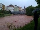 Komenského most v Jaroměři podemlelo Labe a část strhlo (3.6.2013).
