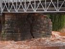 Komenského most v Jaroměři má poškozený středový pilíř a zborcenou boční lávku