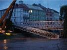 Hasičům se nakonec podařilo upevnit lávku na obou koncích. Železný most z roku