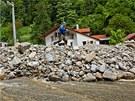 Černohorský potok zavalil domy ve Svobodě nad Úpou kamením (4.6.2013).
