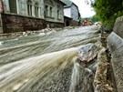 Voda se valí Svobodou nad Úpou po silnici od Janských Lázní, nedařilo se dostat