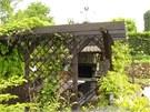 kv¦Ťten zahrada - pergola s krbem a ud+şrnou