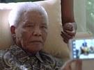 Nelson Mandela na snímku z konce dubna 2013, tři týdny po propuštění z nemocnice
