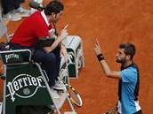 Francouzský tenista Benoit Paire se v zápase 3. kola French Open pře se