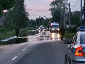 Po 21. hodin� policie za�ala uzav�rat kv�li zaplaven� vodou hlavn� silni�n� tah