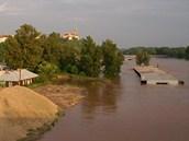 Rozvodněné Labe pohltilo některé části průmyslové zóny poblíž mělnického...