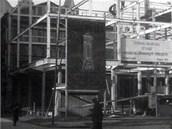Pohled na rodící se obchodní dům Bachner v Ostravě v roce 1932, ocelovou