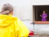 Hana D�kanovsk� z Markvartic na D���nsku mohla o v�kendu do domu jen oknem.