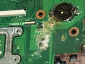 Vnikem tekutiny vzniklá oxidace u CMOS baterie na základní desce notebooku