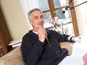 Tomáš Hanák při načítání audioknihy Máslem dolů