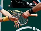 TROSKA RAKETY. Francouzský tenista Benoit Paire si svou frustraci vybil,