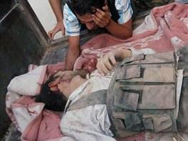 T�lo povstalce, kter� padl v boj�ch o m�sto Kusajr (2. �ervna 2013)