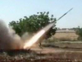 Povstalci odpaluj� raketu na pozice Asadov�ch jednotek ve m�st� Kusajr (2.