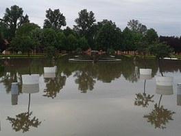 Zahrada z�me�ku v Troji se prom�nila v jezero