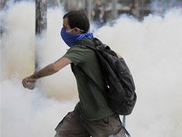 Turecká policie použila k rozehnání demonstrantů v Istanbulu slzný plyn a vodní