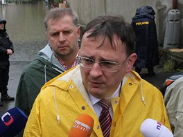 Ministr zemědělství Petr Bendl a premiér Petr Nečas při obhlídce Slapské