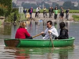 Kvůli protržené protipovodňové hrázi byla zaplavena v noci ze středy na čtvrtek