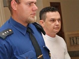Justiční stráž přivádí Petra Golu z Pržna na Frýdecko-Místecku, který je