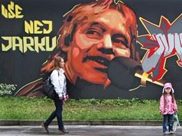 Pouliční umělci ze skupiny Sprayart34 vytvořili oslavencův portrét na plotu u