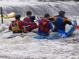 Záchranáři se snaží na jezu Herbertov vyprostit raft, s nímž se v poledne
