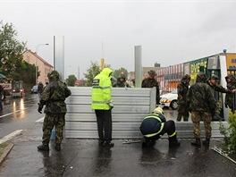 Vojáci brigády rychlého nasazení ze Žatce staví protipovodňové zábrany v