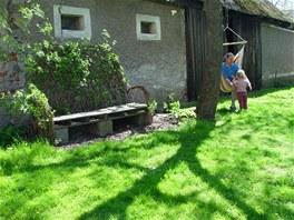 Lavička na dvoře, kterou příjemně vyhřívá podvečerní slunce, je vrbová. Použili...
