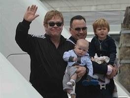 Elton John, David Furnish a jejich synov� Zachary a Elijah (30. kv�tna 2013)