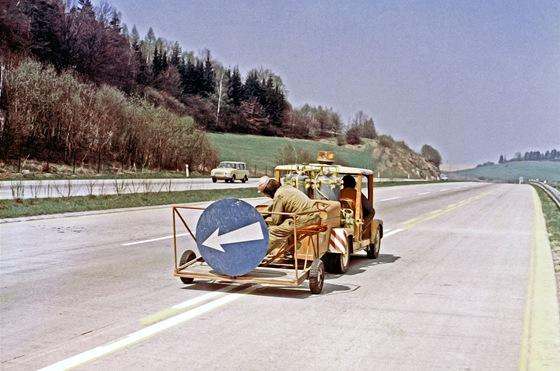 Nahrazování žlutého vodorovného dopravního značení bílým