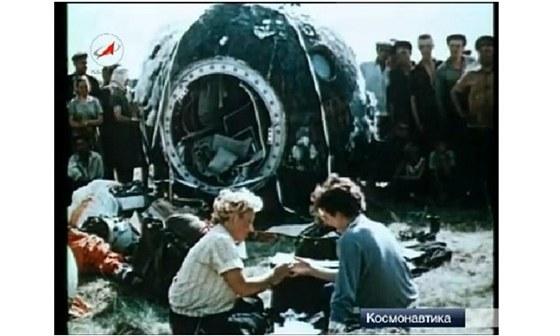 L�ka�ka Mazni�enkov� z�p�trac� skupiny, vpravo T�re�kovov�, ob� u kabiny lodi
