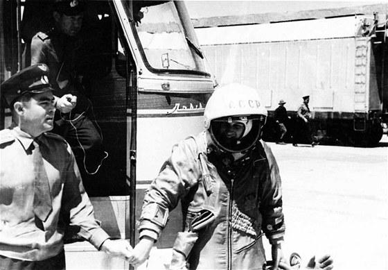 Nikolajev vyprov�z� T�re�kovovou p�ed startem
