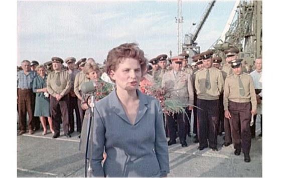 Těreškovová den před startem během oficiálního setkání na startovací rampě