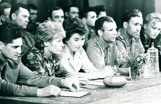Při setkání vDomě důstojníků ve městě Leninsk u kosmodromu. Zleva: Volynov