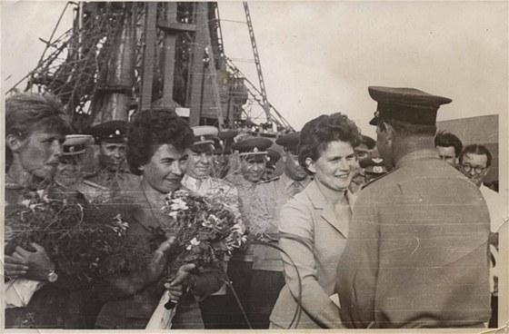 Den před startem proběhlo setkání sobsluhou rampy na Bajkonuru. Zleva: