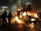 Hasiči zasahují u hořícího auta v Sao Paulu (19.6. 2013)