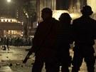 Policie kontroluje demonstranty. (19. 6. 2013)