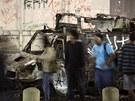 Demonstranti u dodávky zničené při demonstracích. (19.6. 2013)