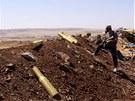 Příslušník Asadových jednotek obhlíží terén jižně od Aleppa (17. června 2013)