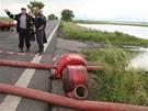 V Nových Kopistech čerpají hasiči vodu z lagun.