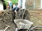 Dobrovolníci vytopeným lidem v Křešicích vyklidili domy, otloukli omítky a