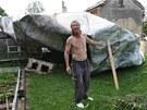 Střecha v zahradě. Vlastimil Tihelka ukazuje ve své zahradě střechu, kterou
