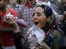 Oslavy zvolení nového íránského prezidenta v ulicích Teheránu (15. června 2013)