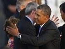 Barack Obama na letišti Tegel v Berlíně objímá amerického velvyslance v Německu