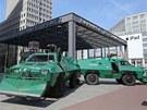 Obrněné vozy před hotelem Ritz Carlton před nádražím Potsdamer Platz v Berlíně...