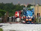 Hasiči zasahují u zničené trafostanice na pražském Chodově (19.6.2013)